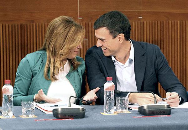 El secretario general del PSOE, Pedro Sánchez, conversa con la presidenta de la Junta de Andalucía, Susana Díaz, durante la reunión este domingo del Consejo Político Federal del partido que se ha celebrado en Zaragoza. / EFE