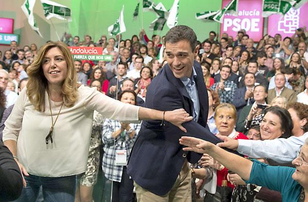 El secretario general del PSOE, Pedro Sánchez y la presidenta de la Junta de Andalucía, Susana Díaz, saludan a los asistentes al acto de presentación de la candidatura de Juan Espadas a la Alcaldía de Sevilla. EFE/Julio Muñoz