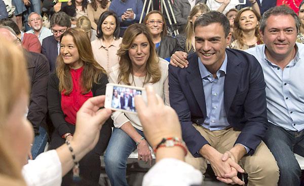 La presidenta de la Junta de Andalucía, Susana Díaz (2i), el secretario general del PSOE, Pedro Sánchez, son fotografiados en el acto de presentación de la candidatura de Juan Espadas (d) a la Alcaldía de Sevilla. EFE/Julio Muñoz