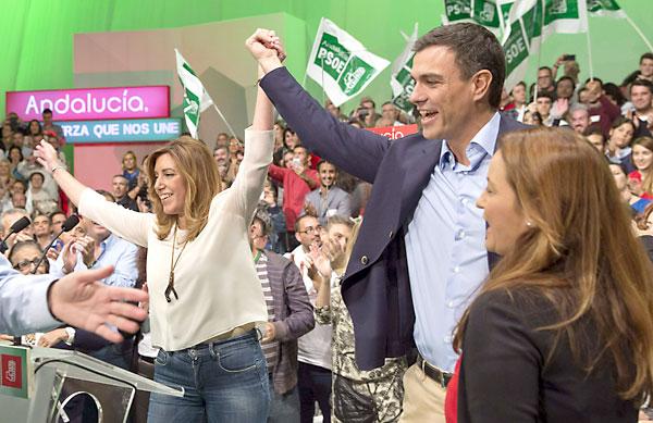 La presidenta de la Junta de Andalucía, Susana Díaz (i), y el secretario general del PSOE, Pedro Sánchez, juntan sus manos mientras saludan a los asistentes al acto de presentación de la candidatura de Juan Espadas a la Alcaldía de Sevilla. EFE/Julio Muñoz