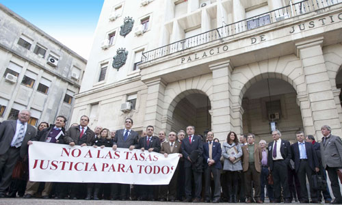 La implantación de las tasas judicial provocó varias protestas de los agentes judiciales, sobre todo, abogados y procuradores. / J. M. Espino