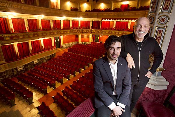 El productor de la obra, Andrea D'Odorico, y el actor José Manuel Seda, ayer en el Lope de Vega. / Pepo Herrera