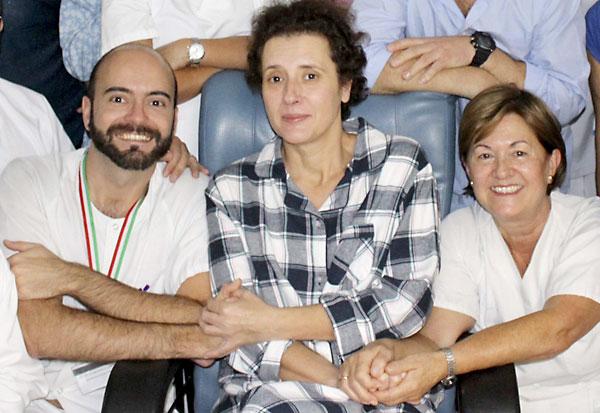 La auxiliar de enfermería Teresa Romero (i) es recibida por sus compañeros tras ser trasladada a planta. / EFE