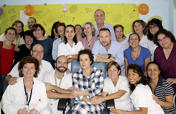 Fotografía facilitada por el Hospital Universitario La Paz. La auxiliar de enfermería Teresa Romero (c) posa junto a sus compañeros y su marido, Javier Limón (3ºd), tras ser trasladada a planta. / EFE