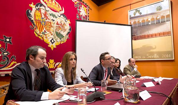 Los periodistas taurinos ocuparon la tarde de este viernes con una variada y densa mesa redonda. / J.M. Paisano