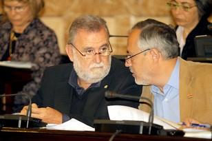 Los dos últimos portavoces de IU en el Ayuntamiento, Antonio Rodrigo Torrijos y José Manuel García, conversan durante un Pleno en una imagen de archivo. / Paco Puentes