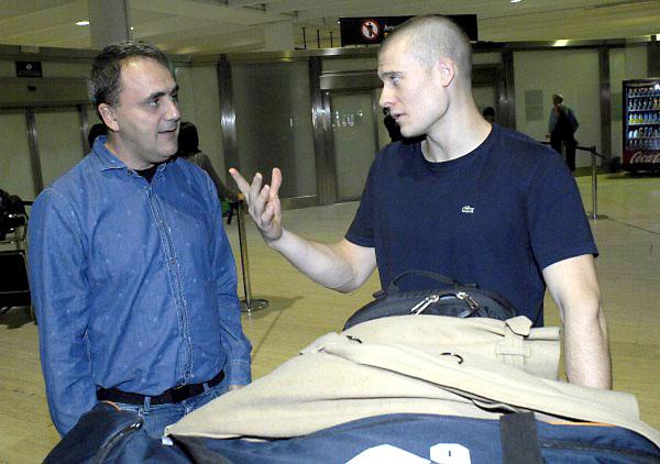 Ben Woodside, a la derecha, tras su llegada al aeropuerto de Sevilla, junto con Fernando Moral, a la izquierda, presidente del Club Baloncesto Sevilla. / FOTO: Manu Gómez