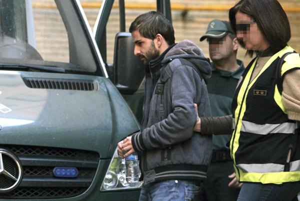"""Miguel Carcaño, el asesino confeso de Marta del Castillo, a su salida del hospital Miguel Servet de Zaragoza, donde ha acudido para someterse al """"test de la verdad""""."""