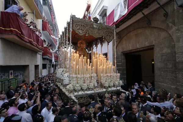 La Macarena camino de la catedral para conmemorar el 50 aniversario de su coronación canónica.Foto: Jose Luis Montero
