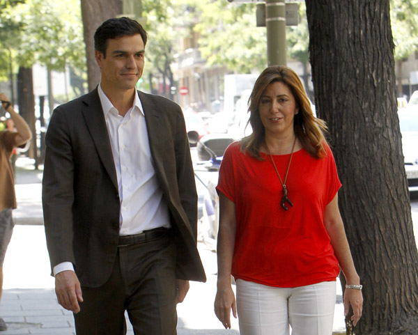 El nuevo líder del PSOE, Pedro Sánchez, se dirige a la sede del partido en Ferraz con la presidenta andaluza, Susana Díaz