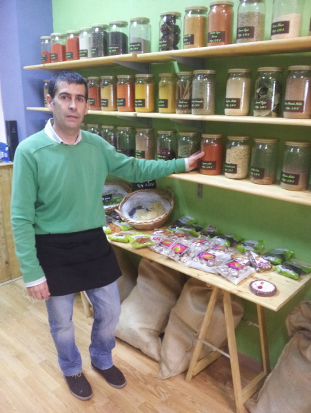 Antonio Manuel Romero, en su tienda A Granel en Gran Plaza, 17. / J. B.