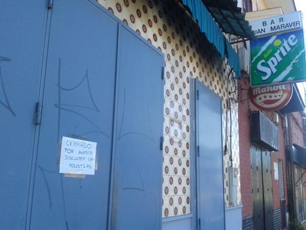Un cartel informa del cierre del bar Juan Maraver, muy frecuentado por los vecinos. / El Correo