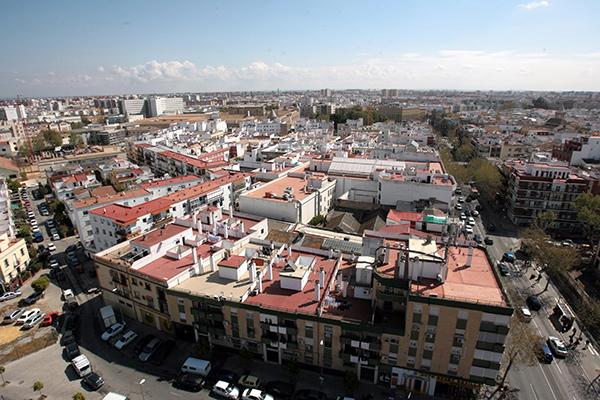 Vista de edificios de la zona de la calle Resolana, en Sevilla, desde la Torre de los Perdigones. / Antonio Acedo