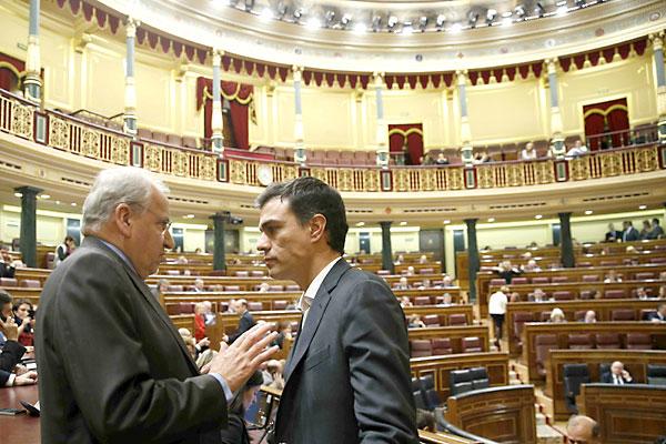 Alfonso Guerra y Pedro Sánchez, líder del PSOE. / EFE