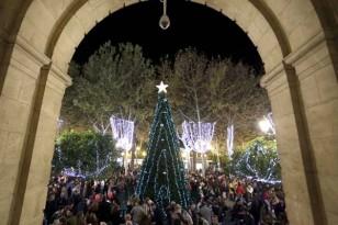 Miles de turistas y sevillanos tomaron un año más las principales calles del casco antiguo. Foto: José Luis Montero