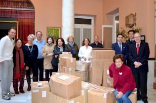 El equipo de Acción Social del Ateneo y la Cabalgata, junto a la donación hecha al comedor social de Torreblanca. En el centro el párroco Jesuita, Leonardo Molina, responsable del comedor.