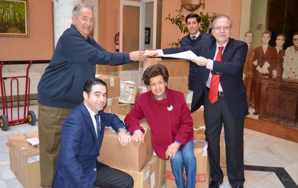 El presidente Alberto M. Pérez Calero, hace entrega de Alimentos al Comedor Social de Torreblanca. Le está dando la mano al párroco jesuita Leonardo Molina, responsable del colectivo social.