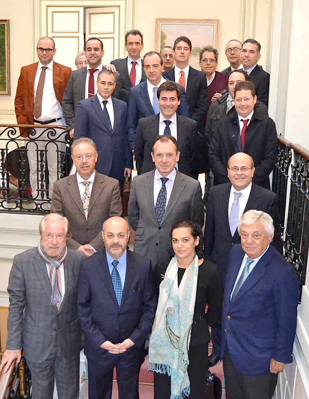 El embajador de Marruecos, con el presidente de la Cámara y un grupo de empresarios, ayer. / EL CORREO