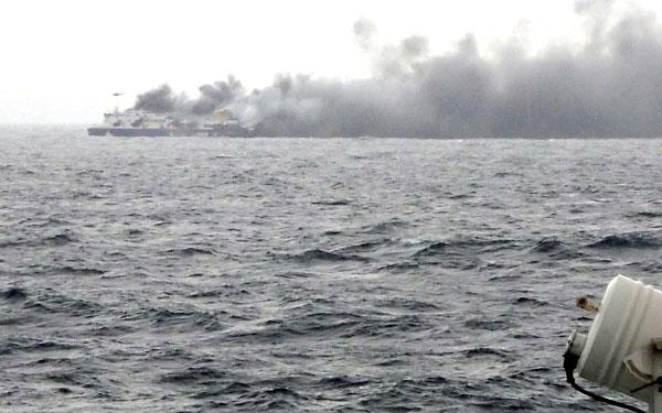 Imagen del ferry incendiado. / EFE