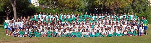 Foto de familia de los nadadores y técnicos del CN Mairena. / EFE