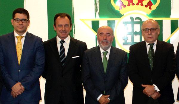 Francisco Estepa por la izquierda, posa junto a varios miembros del consejo tras el nombramiento de Juan Carlos Ollero, el 25 de noviembre. / RBB