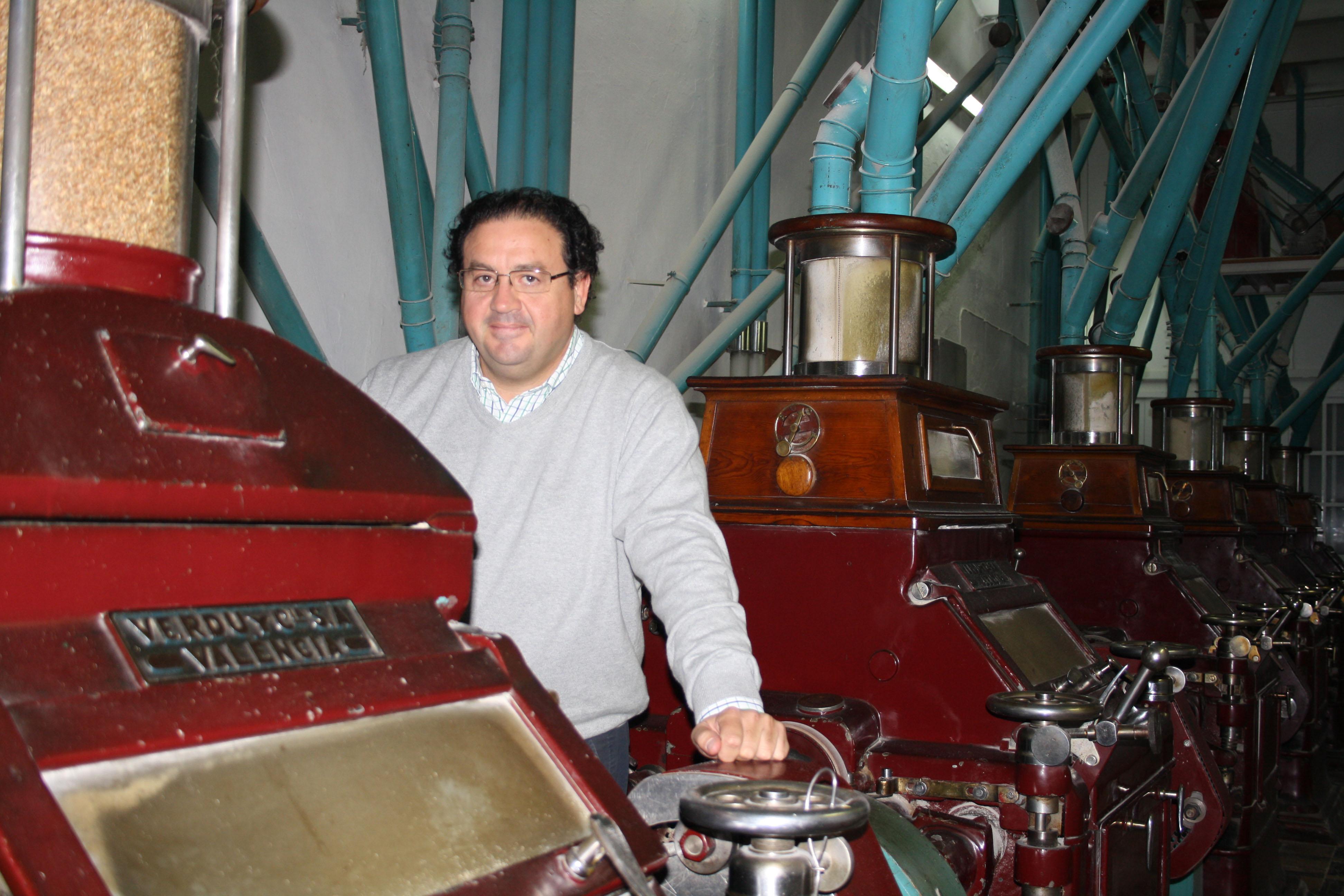 Juan Ortega, nieto del fundador y actual gerente de la empresa, posa junto a la maquinaria con la que se inició . / Foto: E. G.