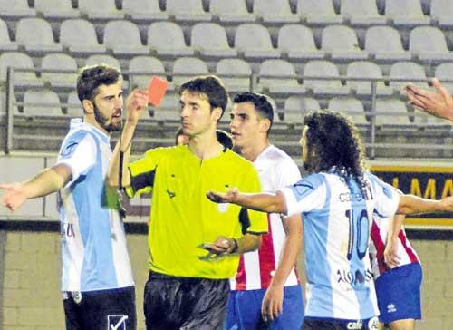José Mari, a la izquierda del colegiado, pretende emigrar al 'Sanfer'. / La Verdad