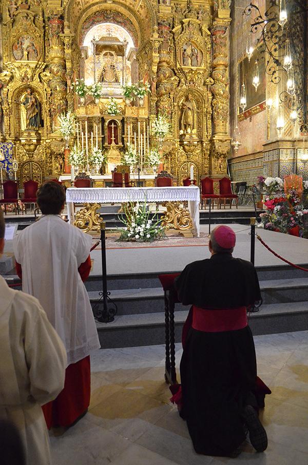El obispo rezando ante la Virgen. / S. C.