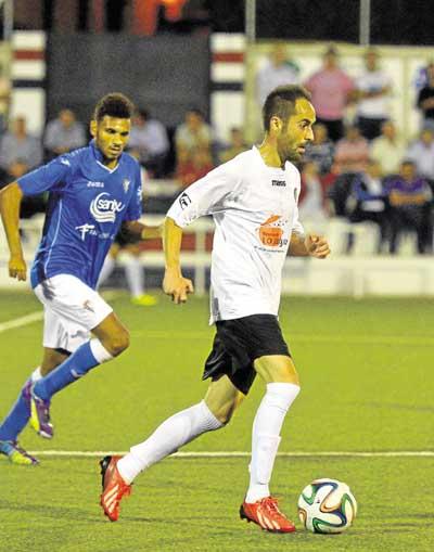 Jorge Bayón conduce el esférico en un duelo contra el San Fernando. / J.M. Paisano