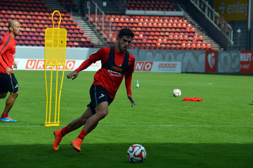 Jairo Samperio conduce el esférico en un entrenamiento con el Mainz 05. /EDD