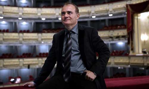 Joan Matabosch posa con el Teatro Real de fondo. / Javier del Real