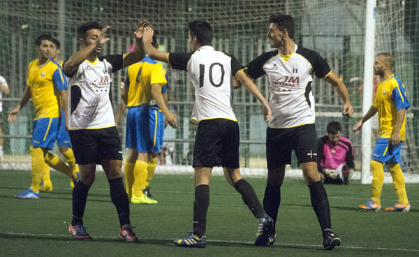José, Abel Pando y Alberto Reyes celebran un tanto con el Torre Reina. / EDD
