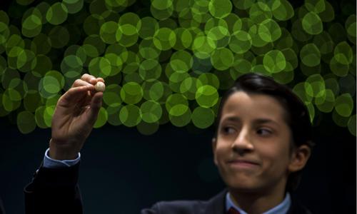El niño de San Ildefonso Ismael Rastrelli Mekerbech ha cantado el premio Gordo que ha recaído en el número 13.437, agraciado con 400.000 euros al décimo, en el sorteo extraordinario de la Lotería de Navidad que se ha celebrado hoy por tercera vez sobre el escenario del Teatro Real de Madrid. EFE/Fernando Alvarado