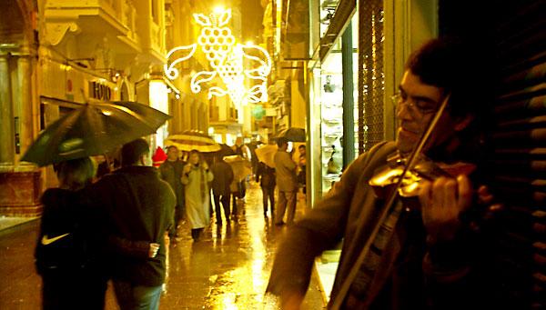 La lluvia y las Navidades son viejas conocidas en la ciudad de Sevilla. / Javier Díaz
