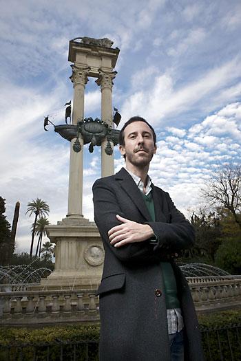 Adrián Yánez, en el monumento a Colón en los Jardines de Murillo. / Pepo Herrera