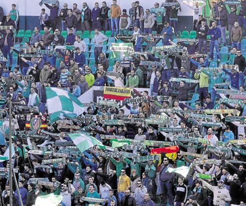 La afición del Betis en el Benito Villamarín en el encuentro ante el Racing. Foto: Manu Gómez.