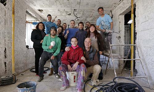 Algunos de los vecinos que colaboran por devolverle un hogar a esta familia de Alcosa. / Foto: José Luis Montero