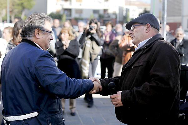 El alcalde de Sevilla, Juan Ignacio Zoido, saluda al dirigente vecinal Ricardo Molinero en la plaza de Bib-Rambla. / Fernando Ruso
