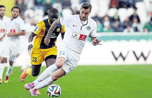 El jugador ex del Sevilla Atlético Álex Rubio conduce el esférico durante un duelo reñido. / Politissport