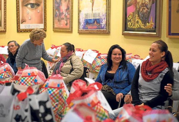 La sede del Consejo de Cofradías acogió el encuentro con las familias del Polígono Sur. / J. M. Paisano