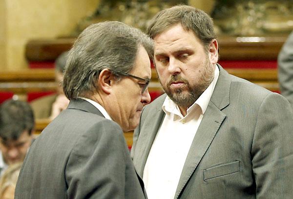 El presidente de la Generalitat, Artur Mas (i) , y el líder de ERC, Oriol Junqueras (d). / EFE