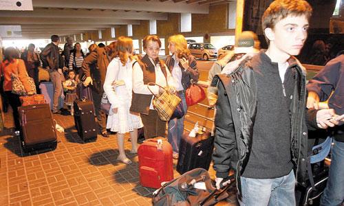 Imagen de archivo de viajeros aguardando el autobús en el aeropuerto sevillano. / Javier Cuesta