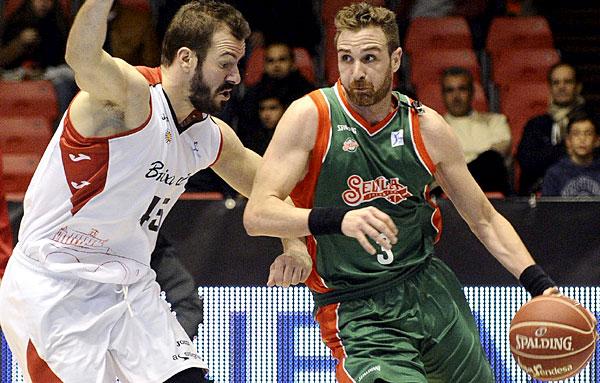 Los jugadores del Baloncesto Sevilla y de La Bruixa d'Or Manresa luchan por el balón. / Foto: Inma Flores.