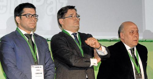 Francisco Estepa, Álvaro Viguera, secretario del consejo, y Juan Carlos Ollero, antes del inicio de la junta del pasado martes. / Manuel Gómez