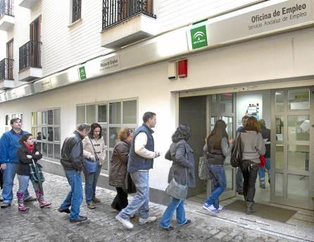 Una cola de personas entrando en una de las oficinas del Servicio Andaluz de Empleo. / Juan Ferreras (EFE)