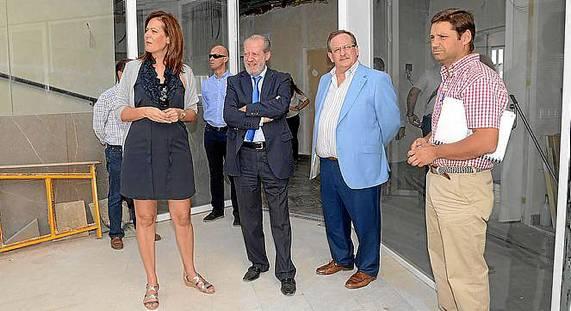 La alcaldesa de Osuna, a la izquierda, junto al presidente de la Diputación, visitó en octubre las obras de la Casa de la Juventud. / El Correo