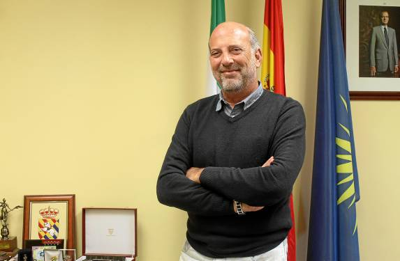 El alcalde de Écija, Ricardo Gil-Toresano, posa en uno de los rincones de su despacho en el Ayuntamiento astigitano. / M.R.