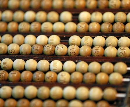 Detalle de las tablas con las bolas de la Lotería de Navidad insertadas en los alambres. / JUANJO MARTÍN (Efe)