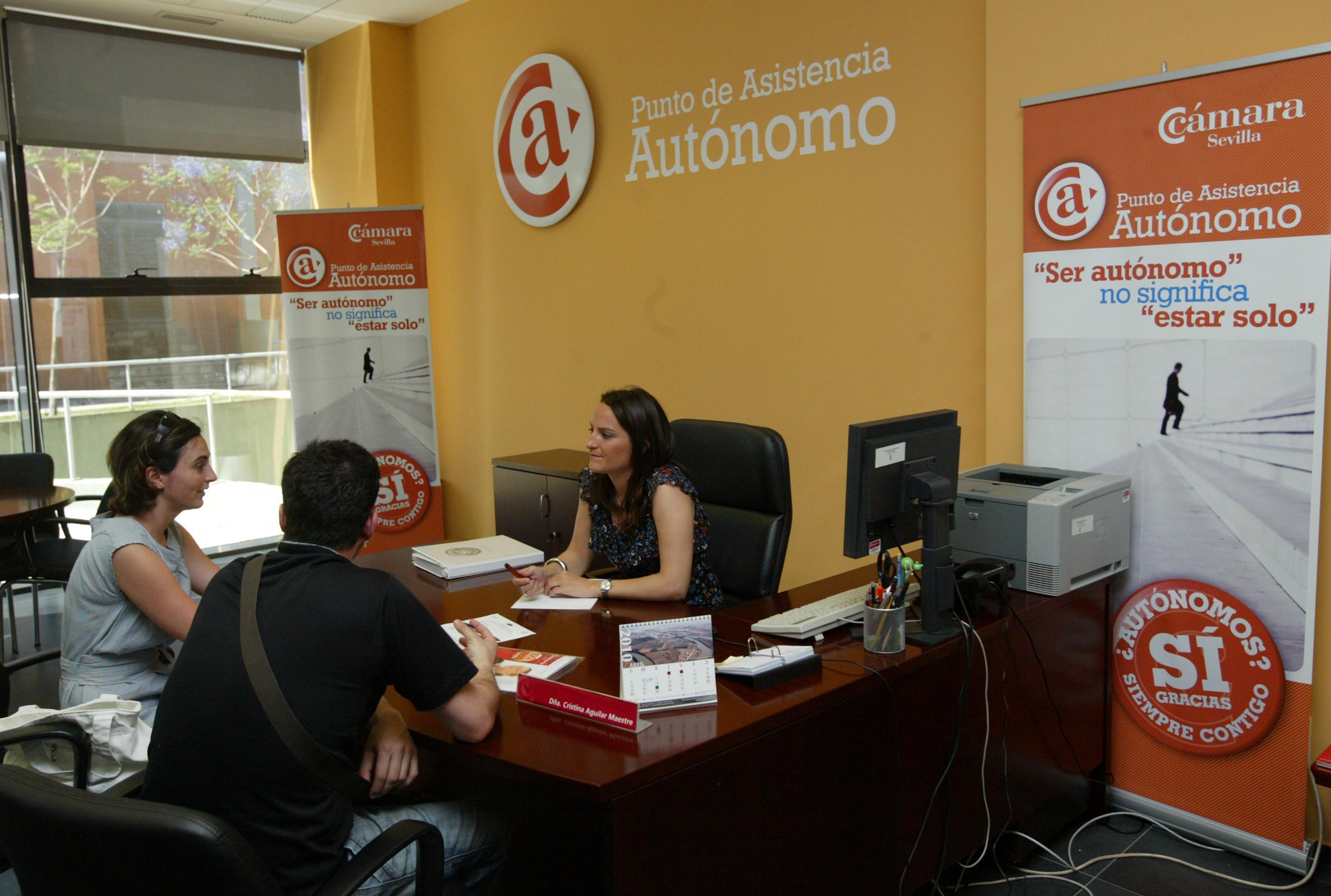 Diversas instituciones andaluzas realizan labores de asesoramiento a los autónomos. / JAVIER DÍAZ