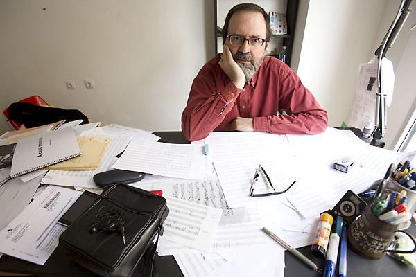 El compositor César Camarero en su estudio. / Pepo Herrera